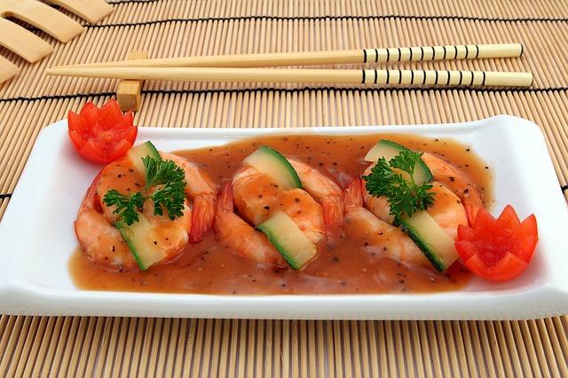 krevety, hůlky, rajčata