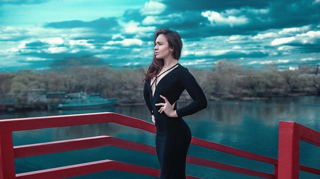 žena, černé šaty, červené zábradlí