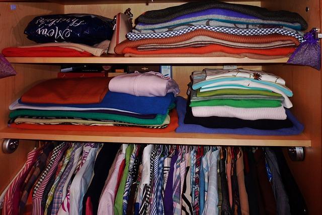 oblečení ve skříno