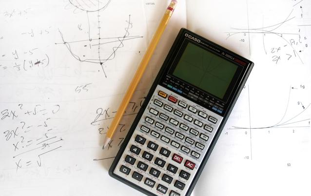 kalkulačka s tužkou a grafy